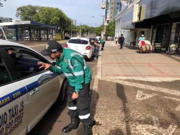 Ação educativa da Cettrans orienta motoristas sobre faixa exclusiva para ônibus
